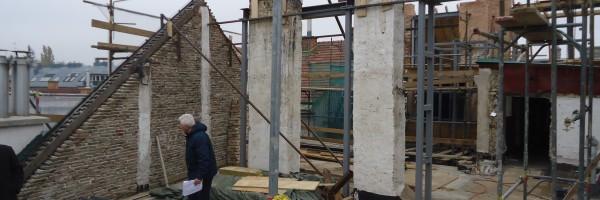 Der Architekt überwacht die Baustelle.